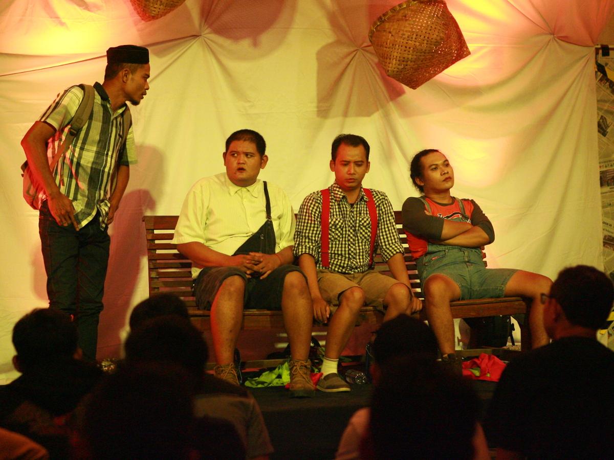 pertunjukan berjudul energi bangun pagi bahagia karya andy sw indonesiakaya | Puisiku Berjalan Menuju Naskah Teater