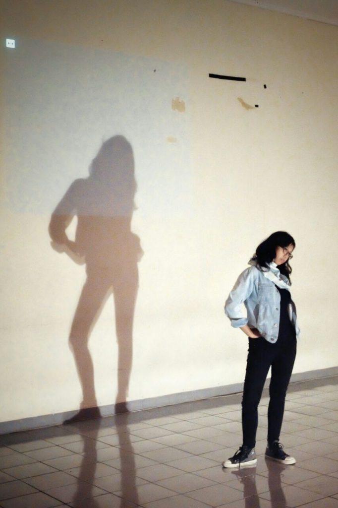 Yosephine bergaya depan kamera | Batas Ruang dan Identitas (Catatan atas pertunjukan Identity Project - FAY)