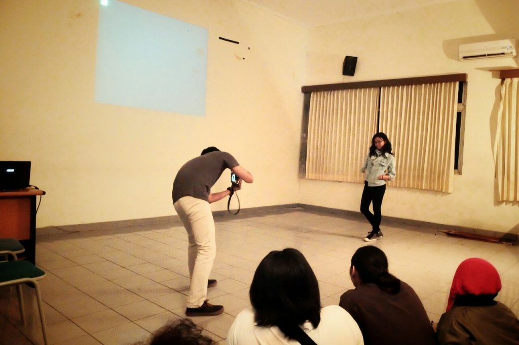 Yudha memotret Yosephine | Batas Ruang dan Identitas (Catatan atas pertunjukan Identity Project - FAY)