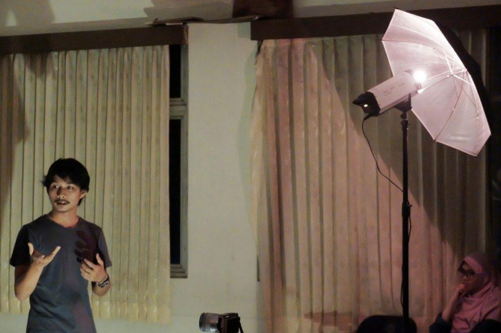 Yudha mengajak penonton berbincang | Batas Ruang dan Identitas (Catatan atas pertunjukan Identity Project - FAY)